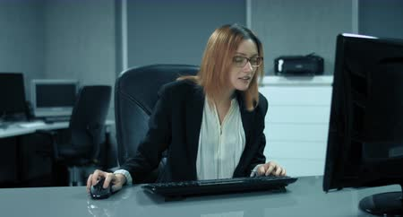 parecer : 4K: A secretary is working at a computer in her office. Suddenly she is as pleased as Punch. It seem that she won in a Lottery.