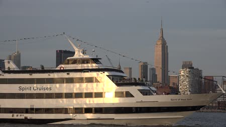 скрестив : Passenger Ferry, Boats, Ships, Empire State Building