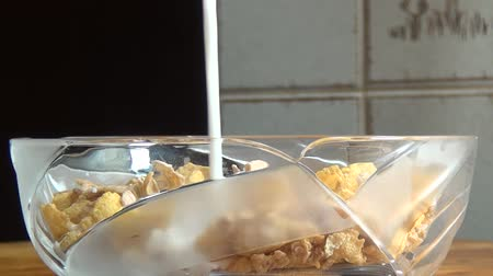 baixo teor de gordura : Bowl of Cereal, Milk, Grains, Breakfast Foods Stock Footage