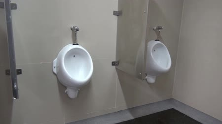 mal cheiroso : Bathroom Toilets, Urinals, Stalls