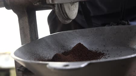 kopje thee : Koffiemolen, koffiebonen, Coffee Grounds Stockvideo