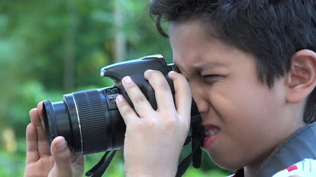 gadżety : Hispanic boy using DSLR camera Wideo