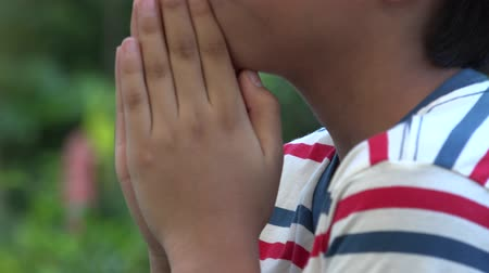 dua eden : Hispanic boy doing prayers Stok Video