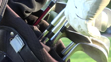 golfen : Golfclubs, golftas Stockvideo
