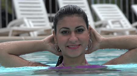 roupas : Woman Posing in Swimming Pool