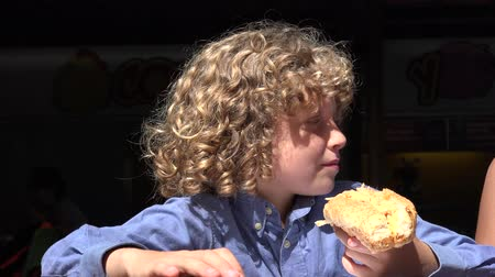jíst : Boy Eating Hot Dog Lunch