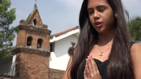 dua eden : Teen Hispanic Girl Praying at Church Stok Video
