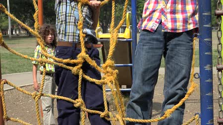 kabely : Boys Climbing Ropes at Playground