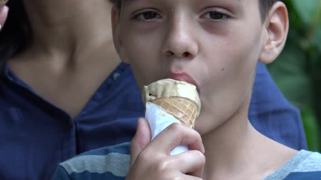 laktózy : Teen Eating Ice Cream