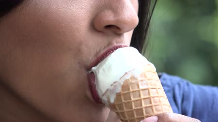laktózy : Woman Eating Ice Cream