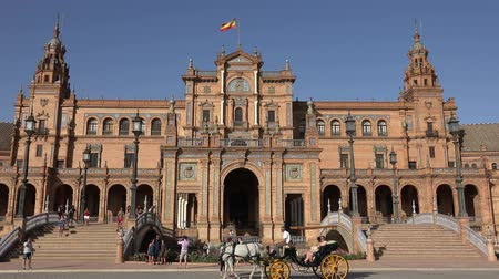 égua : Tourists And Horse Drawn Carriage At Royal Palace