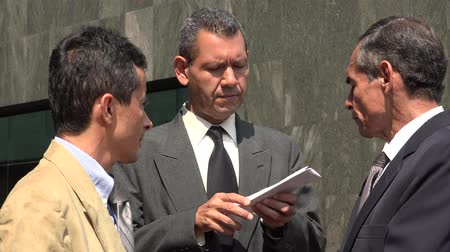 leitor : Business Men Reading Important Documents