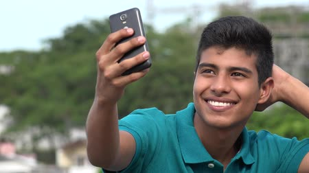 příznivý : Good Looking Teen Boy Taking Selfy And Smiling