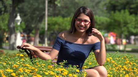 stomatologia : Pretty Teen Girl In Park With Braces And Eyeglasses Wideo