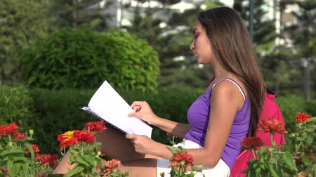 leitor : Female Teen Student Reading Notebook