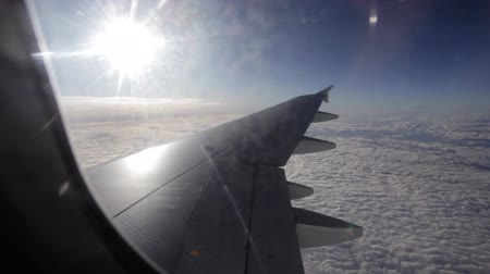 felhők : view of the wing of an airplane and the sky outside