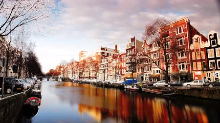 голландский : a shot of canal and street scene in amsterdam Стоковые видеозаписи