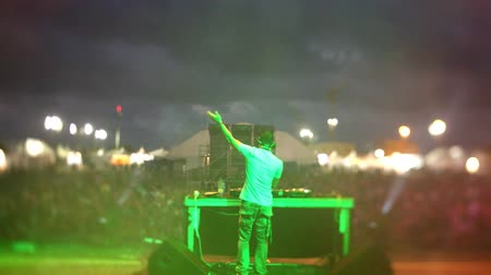 evento : timelapse view from behind a dj looking out to the crowd at a festival