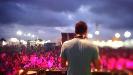 festivais : timelapse view from behind a dj looking out to the crowd at a festival