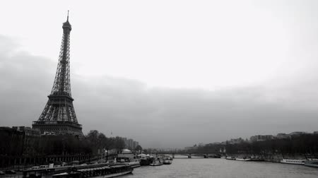 francja : timelapse view of eifel tower and the river seine, paris, france Wideo
