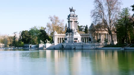 madryt : crowds of people in el retiro park, madrid on a summer sunday afternoon Wideo