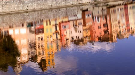 spanyolország : reflection in water of the church and old town of girona, spain Stock mozgókép