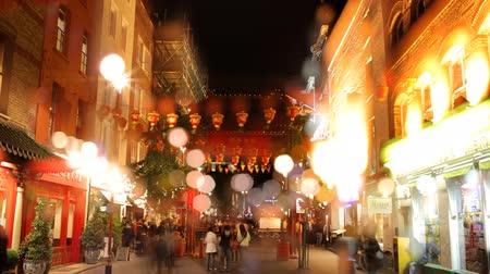 kínai negyed : people rushing about in londons soho, chinatown at night