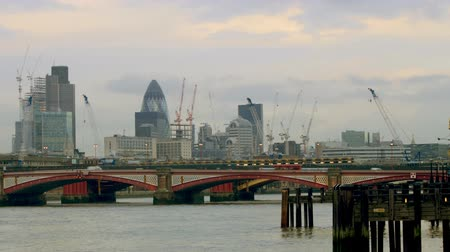 Лондон : pan across the river thames from the south bank, capturing the city skyline including st paulss cathedral, and the swiss re tower Стоковые видеозаписи