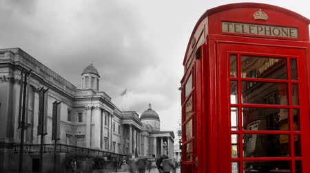 slavný : a famous london phone box, with people rushing by, trafalgar square, london Dostupné videozáznamy