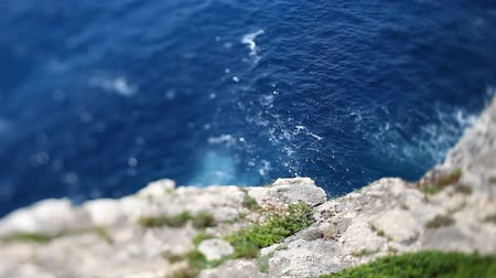 Средиземное море : sparkling mediterranean sea shot from top of cliffs