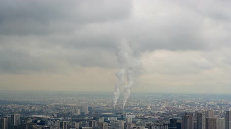 sujo : smoke from an industrial chimney, in the middle of the paris skyline, france Vídeos