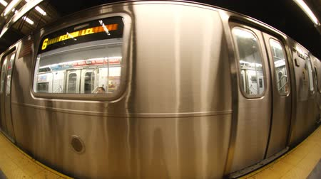 метро : fisheye of a new york subway train coming into the station