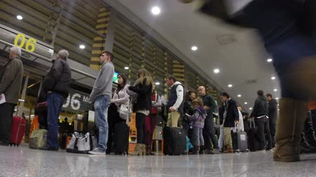 kuyruk : Timelapse of people waiting to board a flight in london luton airport