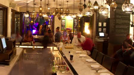esemény : panning timelapse around a busy boutique hotel bar in los cabos, mexico