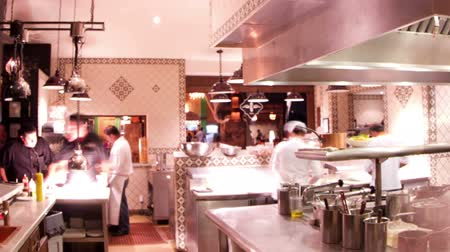 bares : timelapse shot of chefs preparing food in a busy hotel restaurant kitchen Vídeos