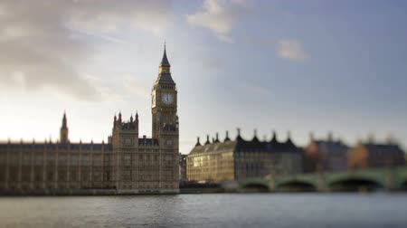 парламент : Big ben and the houses of parliament shot with a tilt shift lens, focusing on the clock