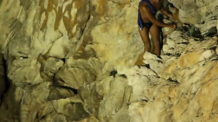 kayalık : shots of the famous cliff divers in acapulco, mexico at night Stok Video