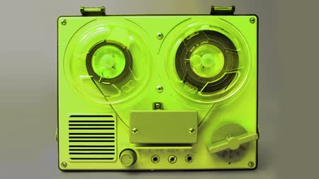 korkak : stop-motion of a small vintage reel to reel tape recorder playing from one side to the other Stok Video