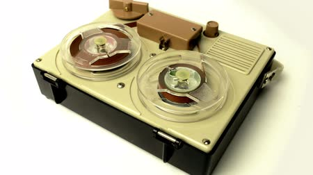 葡萄收获期 : stop-motion of a small vintage reel to reel tape recorder playing from one side to the other 影像素材