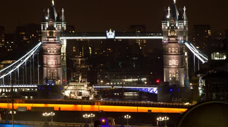 londra : close-up timelapse  of tower bridge in london at night