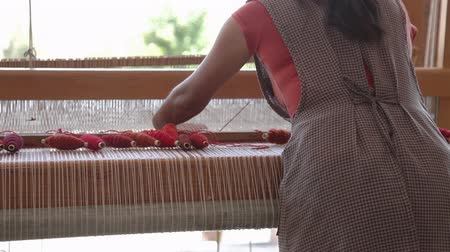 obtížný : Weaving in a traditional textiles factory in mexico
