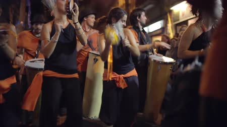 барабаны : a troupe of brazilian style drumers play during a street festival in barcelona, spain. high quality audio captured