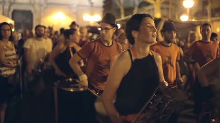 жить : a troupe of brazilian style drumers play during a street festival in barcelona, spain. high quality audio captured