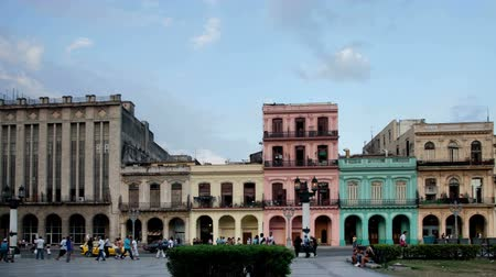 kübalı : timelapse of the evening shadow running up coourful buildings at sunset, havana, cuba Stok Video