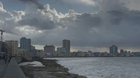kübalı : timelapse of the coastal malecon road,havana, cuba Stok Video