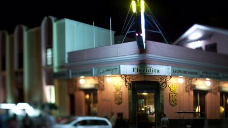 kübalı : timelapse of the famous floridita bar in havana, cuba, at night Stok Video