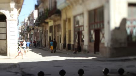 kuba : tilt and shift video of a havana street scene, cuba Stock mozgókép