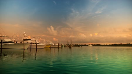 luksus : Beautiful and dramatic sunset timelapse with wonderful colours of yachts in a marina in isla mujeres, mexico (using the little Bramper intervelometer to acheive smooth day to night) Wideo