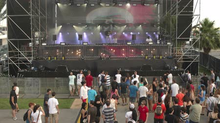 esemény : Timelapse of a dance music festival in barcelona, early in the day as the first dj warms up Stock mozgókép