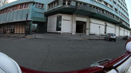 kuba : the streets of havana, cuba, filmed from a convertible classic car Stock mozgókép